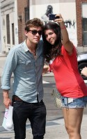 Xavier Samuel was spotted in SoHo in New York City on Thursday (July 8). The Eclipse actor (who played Riley in the film) was nice enough to stop and take pics with his fans!